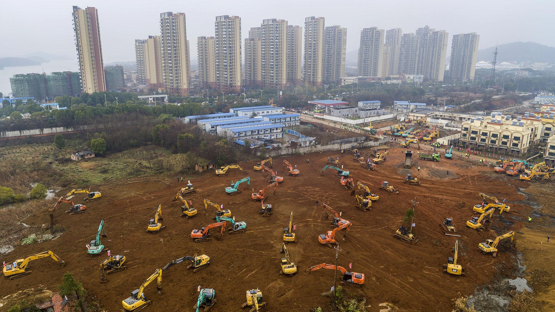 China se apresura a construir un nuevo hospital en 10 días para tratar a los pacientes en el epicentro de un brote de virus mortal. (Foto de STR / AFP)