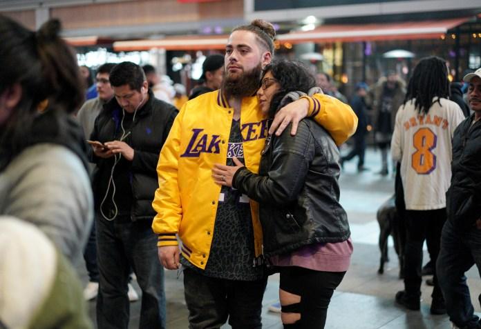Fanáticos homenagean a Kobe Bryant en el Staples Center, casa del equipo californiano Los Angeles Lakers (REUTERS/Kyle Grillot)