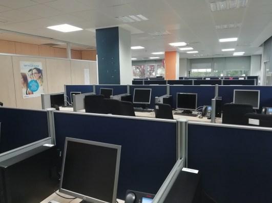 Puestos de trabajo en instalaciones de Atento en Madrid, el pasado viernes, antes de que se procediera a su desinfección