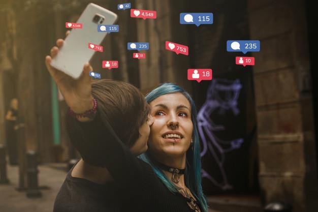 una pareja posa para una foto para un articulo sobre como funciona el algoritmo de instagram