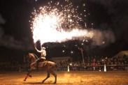 Zu Pferde mit Feuerwerk