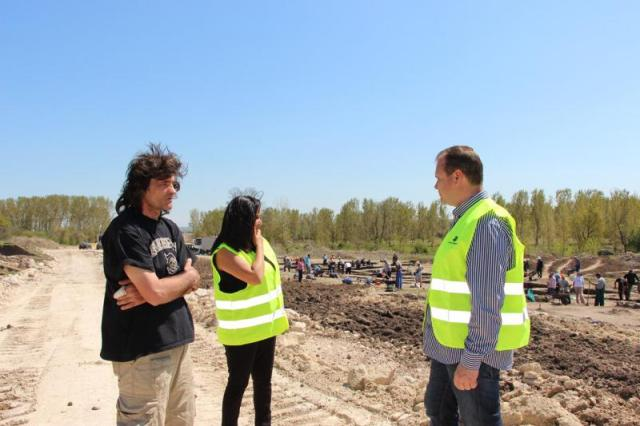 (L-R) Lead archaeologist Stanimir Stoychev, Bulgaria's Regional Development Minister Lilyana Pavlova, and Road Infrastructure Agency head Lazar Lazarov viewing the rescue excavations along the route of the Maritsa Highway in the background. Photo: Bulgaria's Regional Development Ministry
