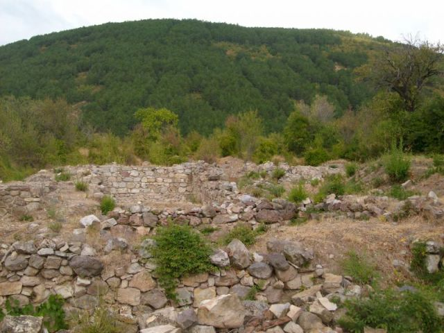 A view of part of the ruins of the Tuida Fortress near Bulgaria's Sliven before its restoration. Photo: Sliven.net