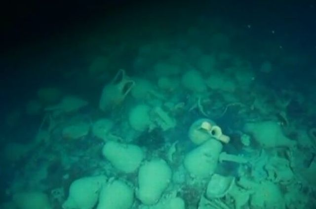 Over 100 amphorae have been discovered by Russian divers on the site of a Byzantine shipwreck said to be at least 1,000 years old off the coast of Sevastopol on the Crimean (Taurica) Peninsula. Photo: TV grab from Zvezda TV
