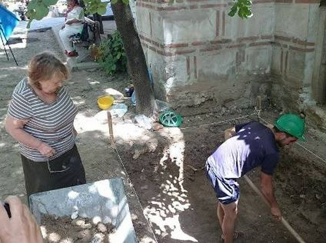 Prof. Margarita Vaklinova (left) from Bulgaria's National Institute and Museum of Archaeology is in charge of the archaeological excavations of the 15th century Lead Mosque (Kurshum Dzhamiya) in Bulgaria's Karlovo. Photo: Karlovo.tv