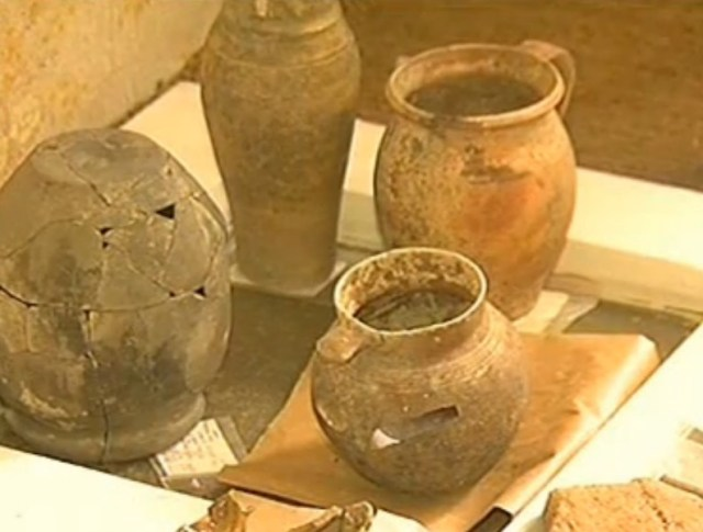 Ancient ceramic vessels found in the rescue excavations in Ruse. Photo: TV grab from BNT 2