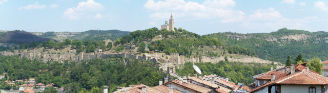 A panoramic view of Tsarevets Hill in Veliko Tarnovo, whose fortress was partly restored between 1930 and 1981. Photo by Infobgv, Wikipedia