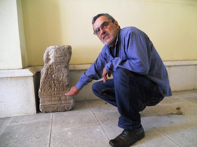 Archaeologist Petar Banov showing the sacrificial altar of ancient deity Porobonus which has been found during the excavations of the Ancient Roman fortress and road station Ad Putea in Bulgaria's Riben, Pleven District. Photo: InfoPleven
