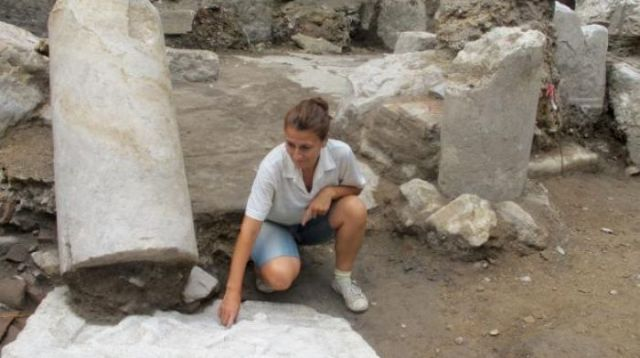 Archaeologist Maria Kamisheva from the Stara Zagora Regional Museum of History shows the newly found gladiator relief from a Roman temple frieze in the ancient city of Augusta Traiana in Bulgaria's Stara Zagora. Photo: Kmeta