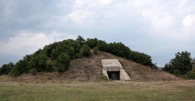 A view of the entrance of the Zhaba Mogila (Frog's Mound) Ancient Thracian tomb from the 5th-4th century BC near Bulgaria's Strelcha where in 1976 archaeologist Georgi Kitov discovered a four-wheeled chariot with silver applications. Photo: Edal, Wikipedia