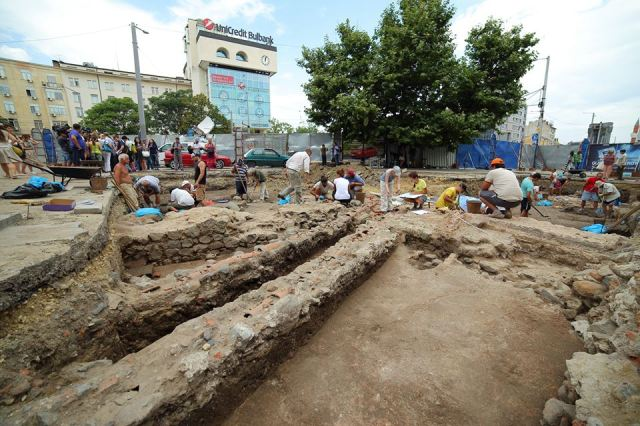 A massive Roman building from the ancient Thracian and Roman city of Serdica, which might be the ancient thermae (public baths) or the residence of Roman Emperor Constantine the Great, has been found during the archaeological excavations of the St. Nedelya Square in Bulgaria's capital Sofia. Photos: Sofia Mayor Yordanka Fandakova's Facebook Page