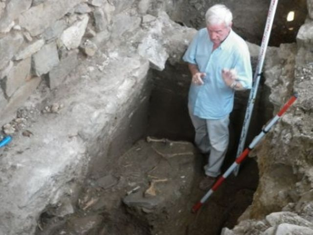 Bulgarian archaeologist Prof. Kazimir Popkonstantinov is pictured here with the ram skeleton discovered inside the Early Christian tomb on the St. Ivan (St. John) Island in the Black Sea off the coast of Bulgaria's Sozopol. Photo: BurgasNews