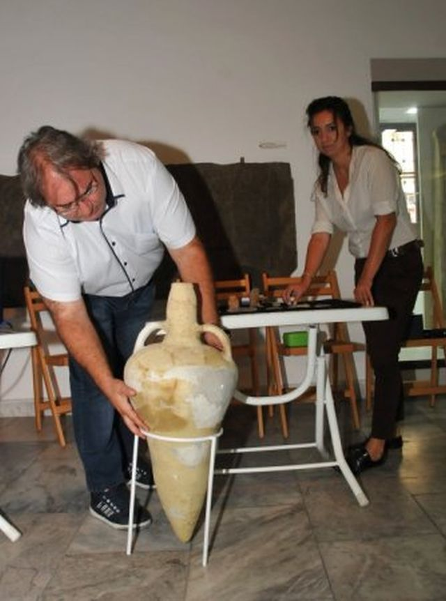 The Director of the Burgas Regional Museum of History Milen Nikolov shows one of the more than 30 amphorae discovered in an Early Byzantine storehouse in the Burgos (Poros) Fortress on Cape Foros. Photo: BTA
