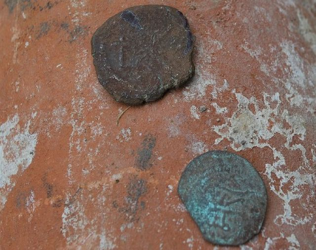These allegedly Byzantine coins have been found near the ruins of a Byzantine fortress near the town of Zimovina in Southern Bulgaria. Photo: Zaman