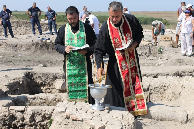 Bulgarian Orthodox priests performed a service at the opening of the Early Christian crypt in Zaldapa. Photo: Krushari Municipality