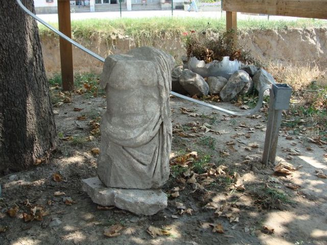 One of the two Roman statues discovered during the excavations of the Ancient Forum in Bulgaria's Plovdiv is a male statue. Photo: Plovdiv24
