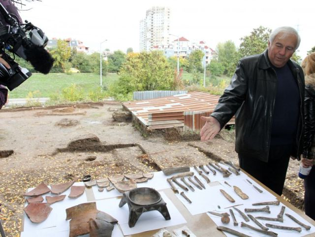 Lead archaeologist Prof. Vasil Nikolov shows artifacts discovered in the Slatina Neolithic Settlment in Bulgaria's capital Sofia at the presentation of the project for a museum park. Photo: Novinar daily