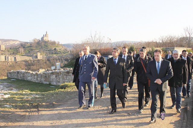 Bulgaria's President Rosen Plevneliev (second on the left) with Veliko Tarnovo Mayor Daniel Panov (first on the right) during his tour of the Trapesitsa Hill in Veliko Tarnovo. The Tsarevets Hill with its partial archaeological restorations is seen in the background. Photo: Veliko Tarnovo Municipality