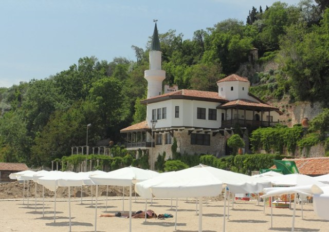 The Balchik Palace is main building of a complex of nearly 200 buildings and sites, and a large Botanical Garden, in the Bulgarian Black Sea town of Balchik; the Palace itself is located right on the beach. Photo: Dvoretsa (official site)