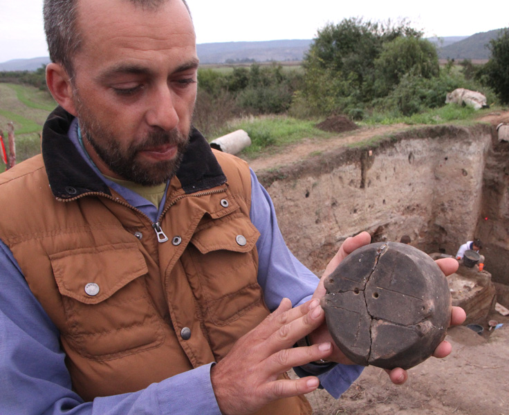 Archaeologists Find Wooden Wall, 'Four-Leaf Clover' Amulet in Prehistoric Settlement Mound in Bulgaria's Petko Karavelovo