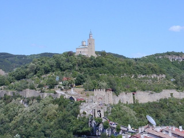 A view of the partly restored Tsarevets Hill Fortress in Bulgaria's Veliko Tarnovo, capital of the Second Bulgarian Empire, with the Patriarch's Cathedral towering on the hill's top. Photo: TodorBozhinov, Wikipedia