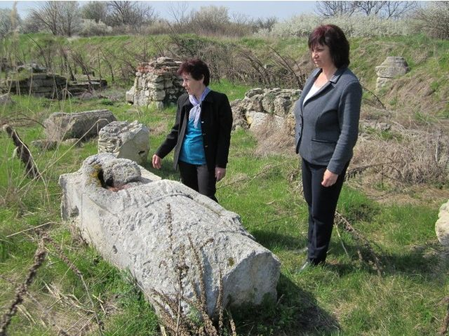 Pleven District Governor Ralitsa Dobreva (right) with her team inspecting the ruins of the Roman city of Ulpia Oescus. Photos: Pleven District Administration