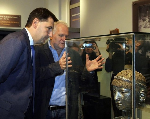 Kostadin Kisyov, Director of the Plovdiv Museum of Archaeology (right) shows the newly restored and exhibited mask to Plovdiv Mayor Ivan Totev (left). Photo: 24 Chasa daily