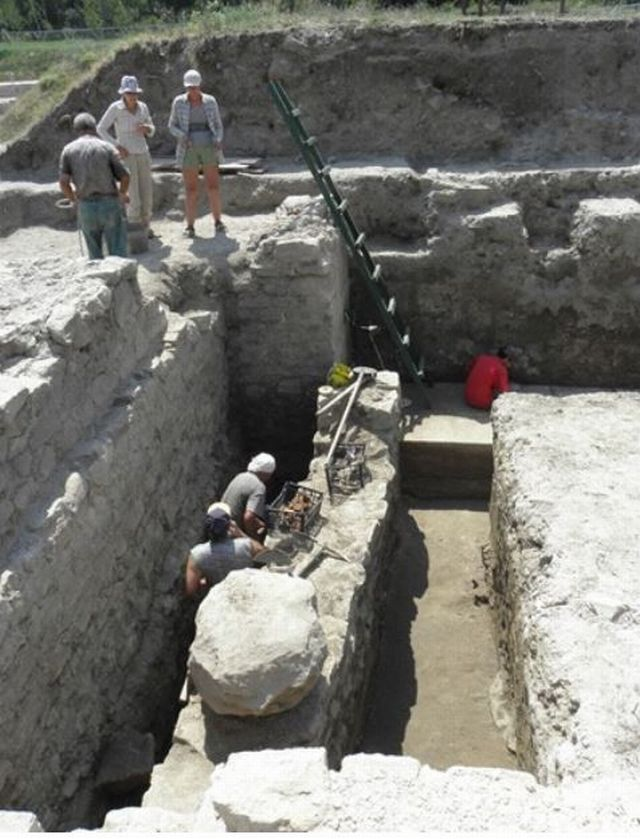 A view of the previous excavations of a large building in the Roman city of Novae near Bulgariá's Svishtov, which is believed to have been first used as an armamentarium and then as a granary. The building is yet to be excavated further. Photo: archaeologist Pavlina Vladkova / Yantra Dnes daily