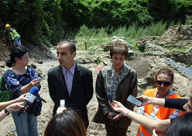 (Left-right) Sofia Deputy Mayor Todor Chobanov, archaeologist Snezhana Goryanova, and archaeologist Borisova-Katsarova speaking after the wrap-up of the preparatory excavations. Photo: Sofia Municipality Press Center
