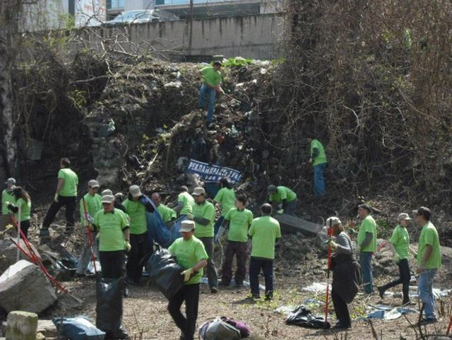 Volunteers at work cleaning up Serdica's Western Gate in 2011. Photo: America for Bulgaria Foundation