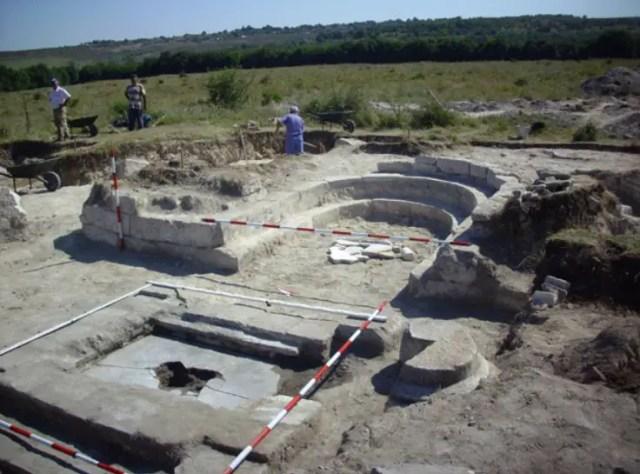 Новооткритите руините на 1500-годишно голяма базилика в крепостта Palmatis в Североизточна България с оцелелите стъпките на своя synthronon.  Снимка: Дарик Добрич