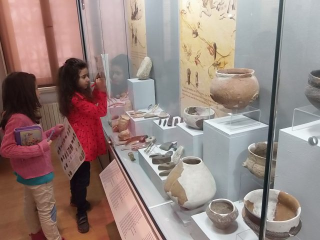 Schoolchildren during activities in the Ruse Museum. Photos: Ruse Regional Museum of History