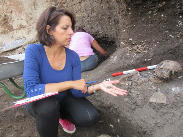 "Lead archaeologist Alexandra Petrova from the Vratsa Regional Museum of History showing an artifact discovered in the ""necropolis of the wealthy"" of medieval Vratitsa. Photo: Monitor daily"