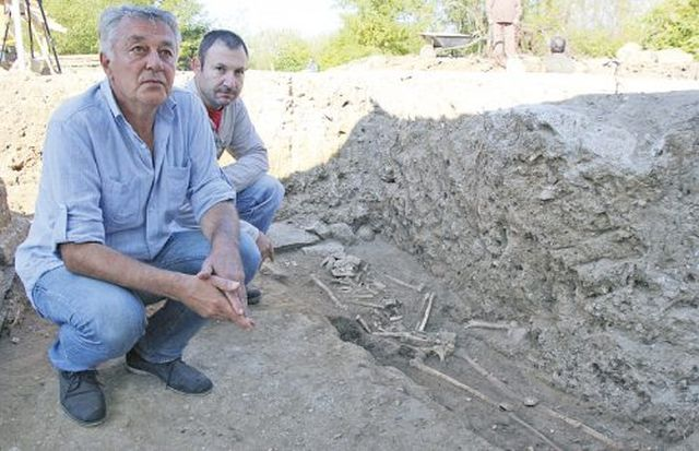 Archaeologists Hitko Vachev (front) and Iliyan Petrakiev (back) showing the newly discovered grave of a senior clergyman in Bulgaria's Veliko Tarnovo. Photo: Yantra Dnes