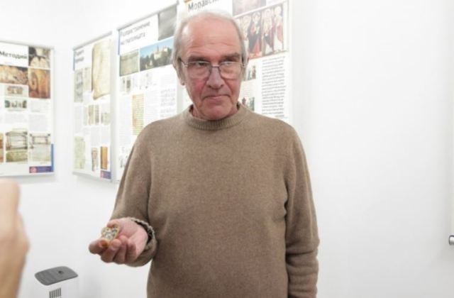 Archaeologist Stoycho Bonev showing the 10th century imperial Bulgarian jewel. Photo: Shum