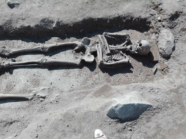 One of the excavated burials found right on top of the Late Antiquity mosaic floor. Photo: Monitor daily