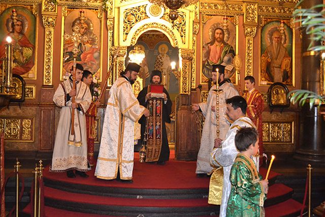 The service with the holy relics of St. Kliment Ohridski at the St. Nedelya Cathedral in Sofia before their transfer to Sofia University. Photos: Sofia University