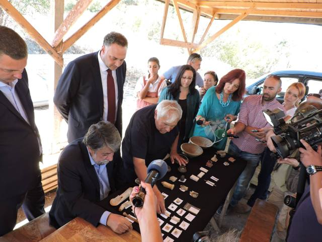 Bulgaria's Culture Minister Rashidov (left) viewing the newly discovered artifacts. Photo: Provadiya - Solnitsata Prehistoric Settlement Facebook Page