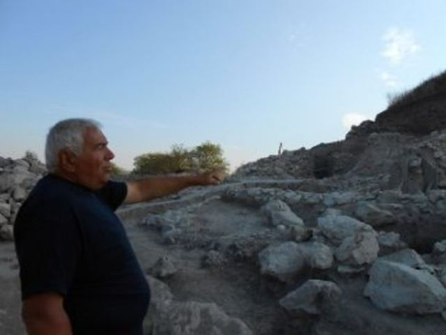 Lear archaeologist Vasil Nikolov showing the ruins of the Chalcolithic fortress of the Salt Pit settlement near Bulgaria's Provadiya. Photo: Trud daily