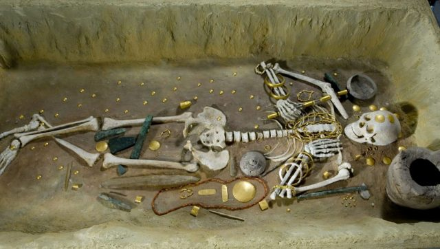 Grave of a man with burial gifts of copper, flint and jade, ceramics, gold jewelry applications, plates, rings, bracelets, necklaces and watches from spine oyster red and orange carnelian (a mineral). Mid 5th millennium BC, Tomb 43 of the Varna necropolis. Photo: Varna Museum of Archaeology