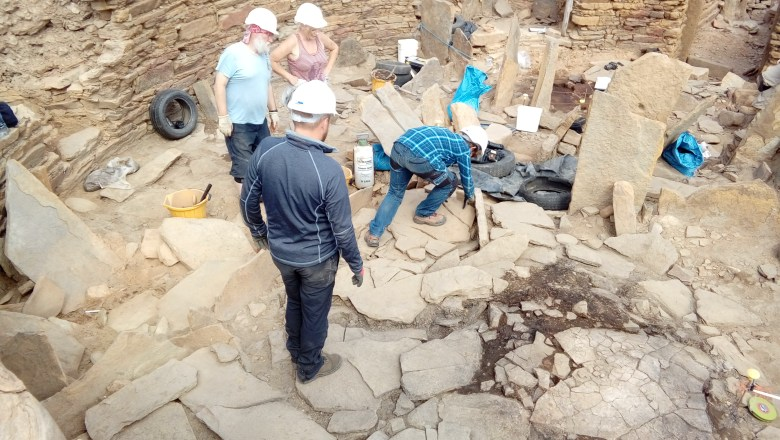 The work of lifting the late paving in the broch begins