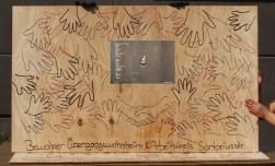 Planken-Malaktion (Arbeitskreis + Bewohner Übergangswohnheim Sartoriusstr.). Foto: Gudrun Haas
