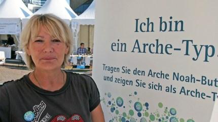 """Bärbel Enger, Oberhausen """"Ich bin ein Arche-Typ, weil ich viele Flüchtlinge persönlich kenne und in mein Herz geschlossen habe."""" Foto: Sonja Strahl"""