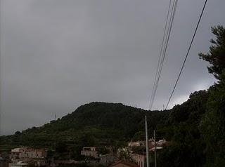Foto 1: il Colle del Castelliere di Verezzi con l'abitato di Crosa