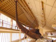 Barque funéraire de Khéops reconstituée à Guizeh.