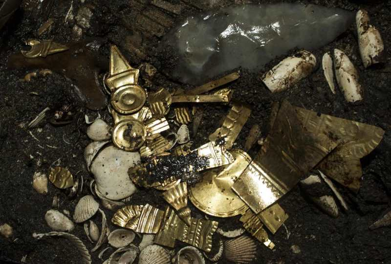 Un loup sacrifié et des bijoux d'or dans un trésor aztèque au centre de Mexico