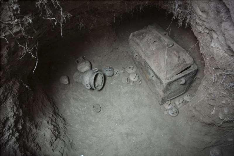 Tombe minoenne intacte découverte par hasard en Crète