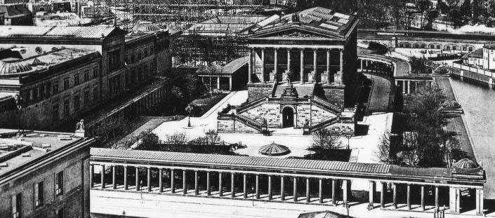 Senasis (centre) bei Naujasis (kairėje) muziejai 1899 m. Šaltinis: http://www.smb.museum/en/about-us/careers.html