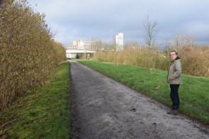 Luc Allemeersch toont de bloeiende hazelaar langs de Schelde