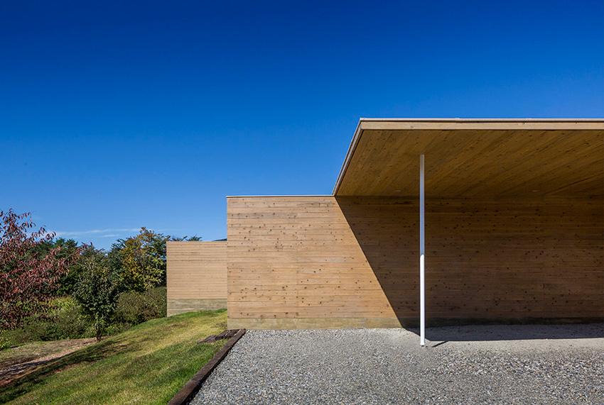 Wood walls of the Solid Cedar House / Shigeru Ban